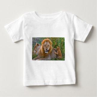 Camiseta De Bebé León Cub lindo que juega con el papá, Kenia