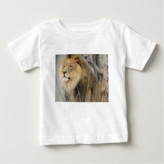 Camiseta De Bebé León estoico que mira apagado en la distancia