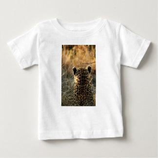 Camiseta De Bebé Leopardo que mira apagado en distancia