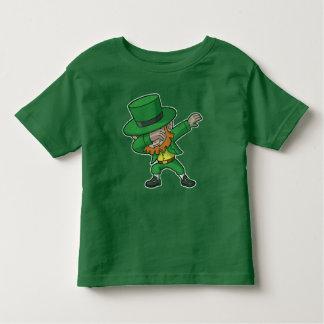Camiseta De Bebé Leprechaun que frota del día de St Patrick
