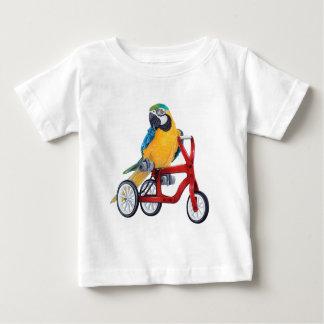 Camiseta De Bebé Macaw del loro en la bici del triciclo