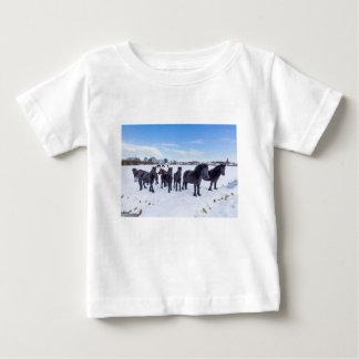 Camiseta De Bebé Manada de los caballos negros del frisian en nieve