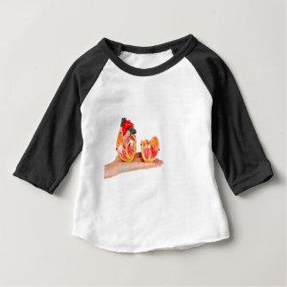 Camiseta De Bebé Mano con el modelo humano del corazón en