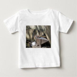 Camiseta De Bebé Martillo del herrero que descansa sobre el yunque