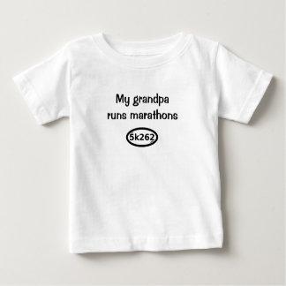 Camiseta De Bebé Mi abuelo funciona con maratones