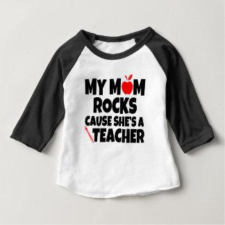 Camiseta De Bebé Mi causa de las rocas de la mamá ella es un bebé