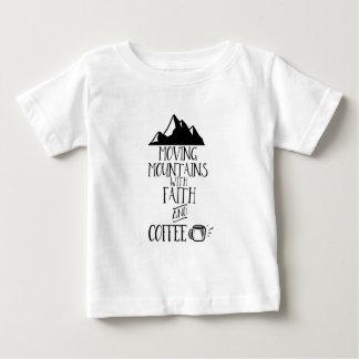 Camiseta De Bebé Montañas móviles con la fe y el café
