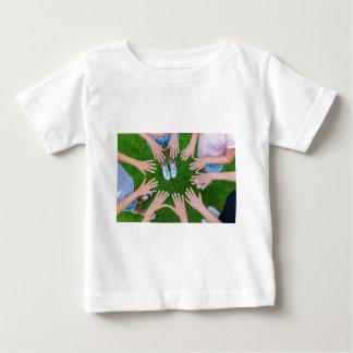 Camiseta De Bebé Muchos niños dan unirse a en círculo sobre hierba