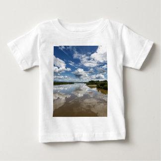 Camiseta De Bebé Nubes hermosas sobre el río, reflexión en agua