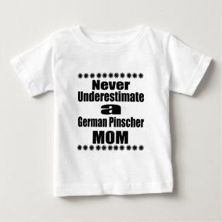 Camiseta De Bebé Nunca subestime a la mamá alemana del Pinscher