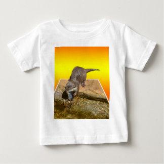 Camiseta De Bebé Nutria que come pescados sabrosos por su charca,