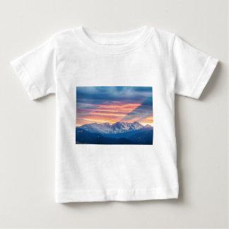 Camiseta De Bebé Ondas de la puesta del sol de la montaña rocosa de