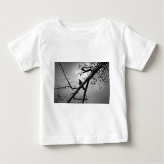 Camiseta De Bebé Pájaro que se sienta de la rama animal de la fauna