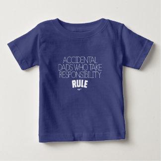 Camiseta De Bebé Papás accidentales que toman la regla de la