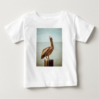 Camiseta De Bebé Pelícano bonito encaramado sobre el océano