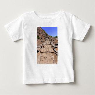 Camiseta De Bebé Pista de senderismo que lleva a la montaña en