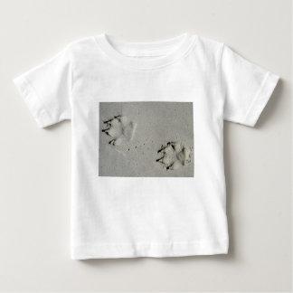 Camiseta De Bebé Pistas de un perro grande en la arena