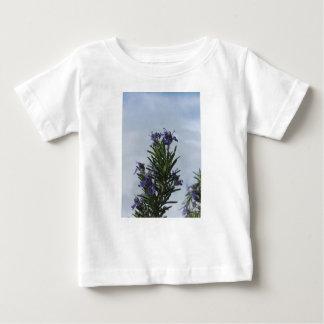 Camiseta De Bebé Planta de Rosemary con las flores contra el cielo