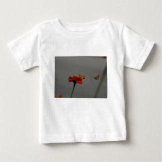 Camiseta De Bebé Polillas y Zinnia rojo