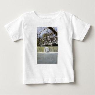 Camiseta De Bebé Presa de Finley después de la lluvia