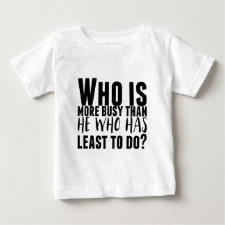 Camiseta De Bebé ¿Quién está más ocupado que él que tenga lo menos