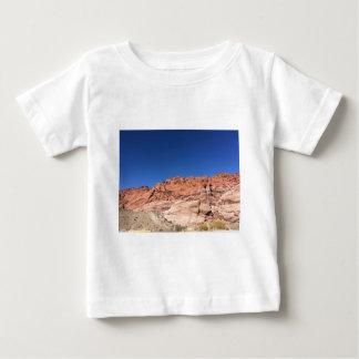 Camiseta De Bebé Rocas rojas y cielos azules
