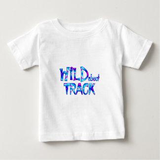 Camiseta De Bebé Salvaje sobre pista