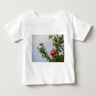 Camiseta De Bebé Sola fruta roja de la granada en el árbol en hojas