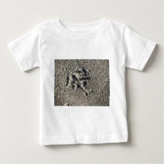 Camiseta De Bebé Sola huella del pájaro de la gaviota en la arena