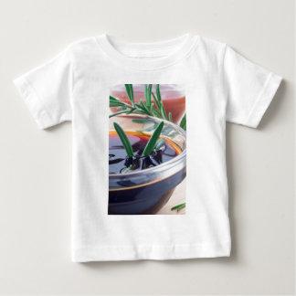 Camiseta De Bebé Taza de cristal con la salsa y el romero de soja