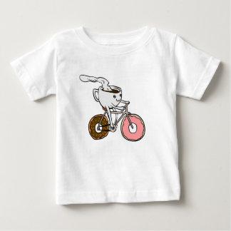 Camiseta De Bebé Taza que monta una bicicleta con las ruedas del