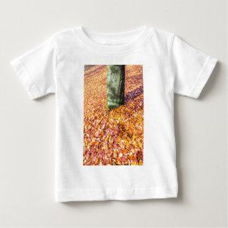 Camiseta De Bebé Tierra alrededor del tronco de árbol cubierto con