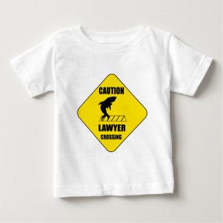 Camiseta De Bebé Travesía del abogado con el tiburón