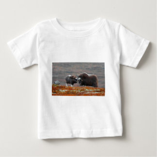 Camiseta De Bebé Un buey y un becerro de almizcle