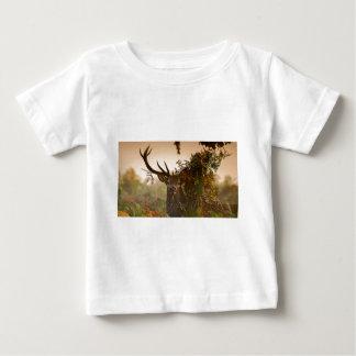 Camiseta De Bebé Un ciervo común masculino mezcla adentro el parque