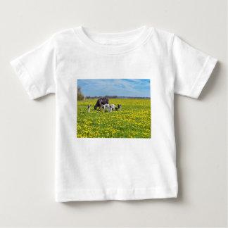 Camiseta De Bebé Vaca con los becerros que pastan en prado con los