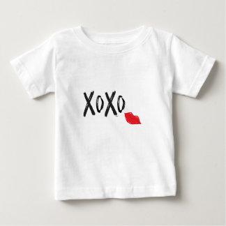 Camiseta De Bebé XoXo-Abrazo-Beso-con-Rojo-Labios