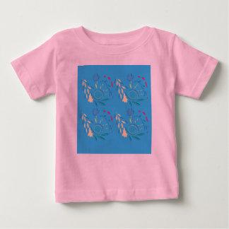 Camiseta de los diseñadores con los ornamentos