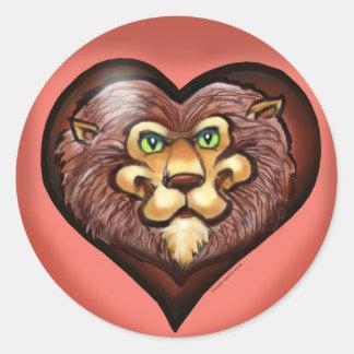 Camiseta del bolsillo del corazón del león pegatina redonda