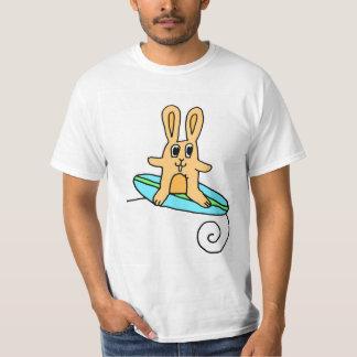 Camiseta del conejo que practica surf