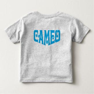 Camiseta del niño con el logotipo azul del camafeo