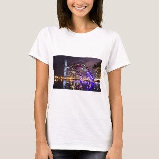 Camiseta Delfínes en paisaje urbano del fondo