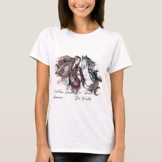 Camiseta Diseño de Boho con la mano tribal del chica y del