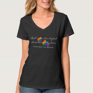 Camiseta Dos corazones del arco iris con lema lesbiano
