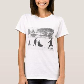 Camiseta Dos muchachos que tiran de dos chicas en los