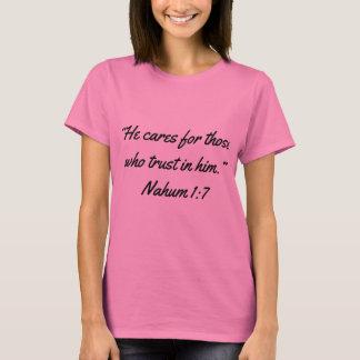 """Camiseta """"Él cuida"""" la escritura T de las mujeres"""