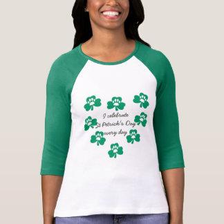 Camiseta El raglán del trébol del mascota de la pata de St