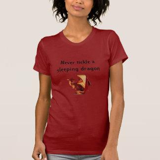 Camiseta el reddragon, nunca cosquillea un dragón el dormir