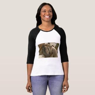 Camiseta Elefante que señala adelante con el tronco