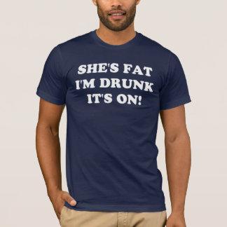 Camiseta ¡Ella es gorda, yo se bebe, él está encendido!